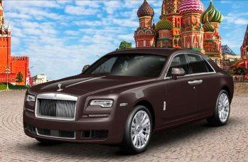 Рестайлинг машины Роллс-Ройс на фоне кремля